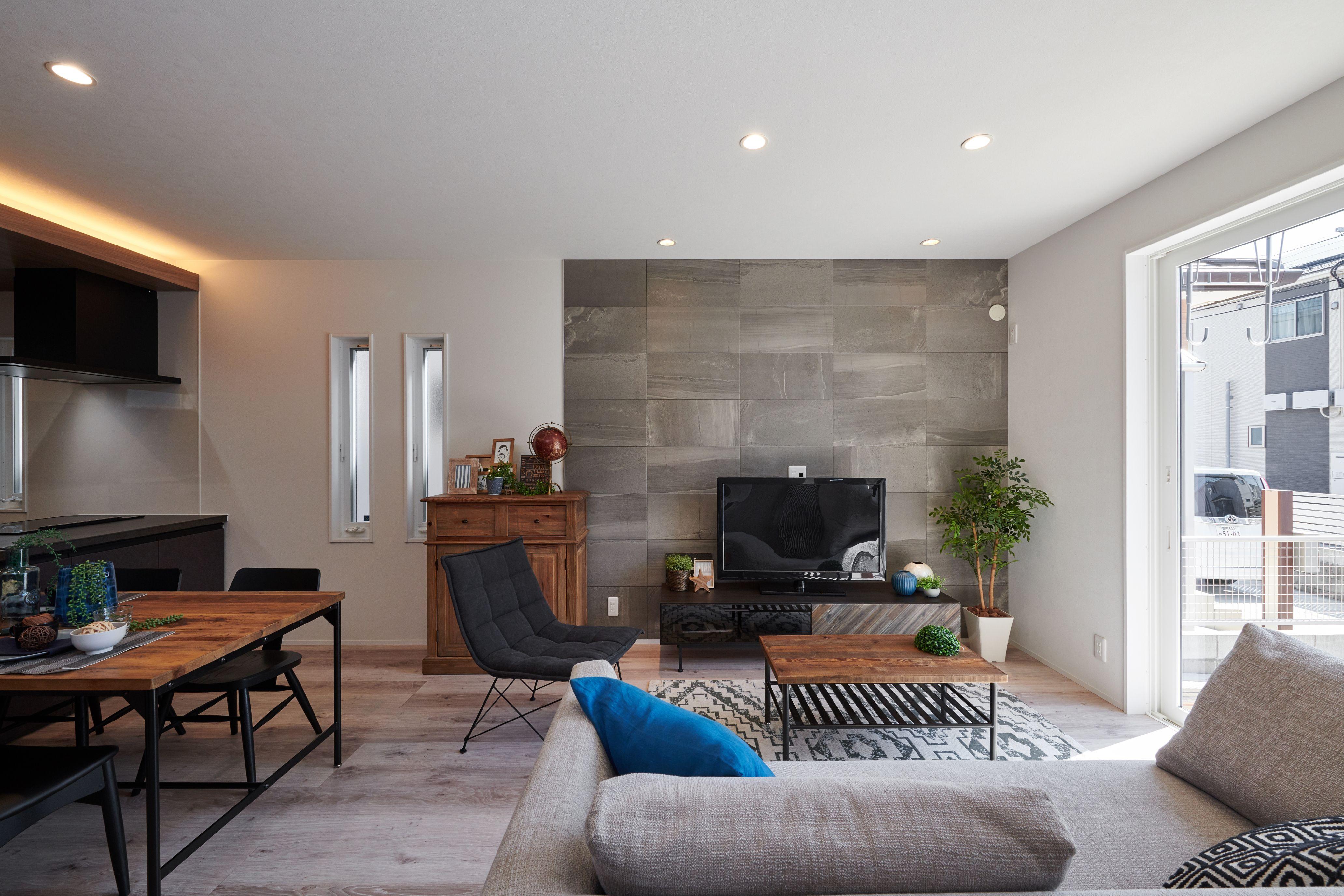 WAKO/和光地所【インテリア、デザイン住宅、子育て】LDKは重厚感のあるエコカラットと存在感のあるキッチンが空間を彩る