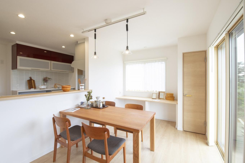 遠鉄ホーム【デザイン住宅、収納力、間取り】ダイニング奥にカウンターを設けたことで、家族のいる空間で作業をすることが可能に