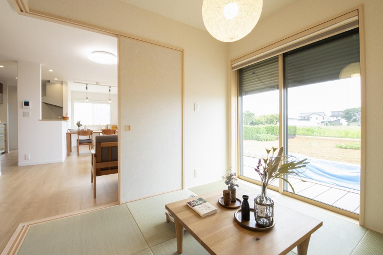遠鉄ホーム【デザイン住宅、収納力、間取り】4.5畳の和室はリビングにつながるコーナーを開放することで閉塞感を与えず、幅広い用途が可能に