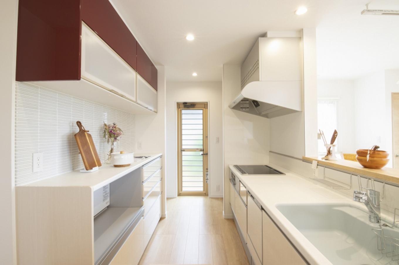 遠鉄ホーム【デザイン住宅、収納力、間取り】庭の景色を見ながら作業ができる開放的なキッチン。カウンターコーナーは奥さま専用のミニ書斎となっている