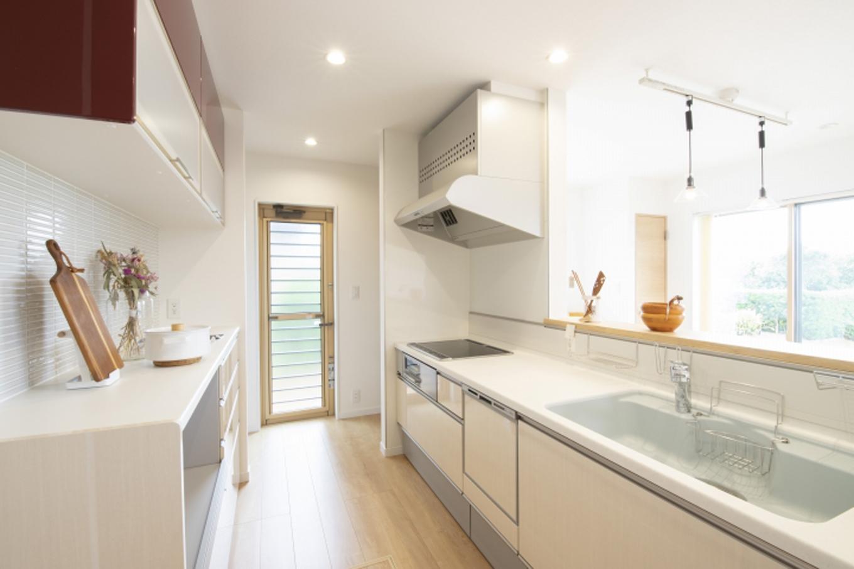 遠鉄ホーム【デザイン住宅、収納力、間取り】収納スペースたっぷりのキッチン。親子で並んで作業をするにも十分な広々スペース