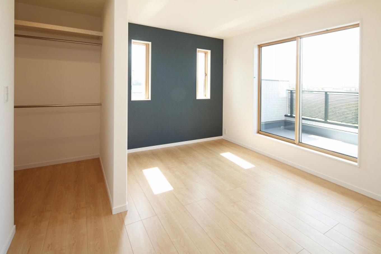 遠鉄ホーム【デザイン住宅、収納力、間取り】白をベースにした内装にアクセントクロスをチョイス。使い勝手のいいウォークインクローゼットも実現