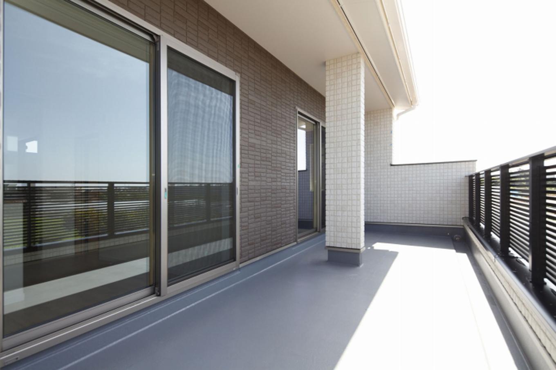 遠鉄ホーム【デザイン住宅、収納力、間取り】南側全面にバルコニーをつくって奥行きを取り、ガーデニングなどを楽しむことができる