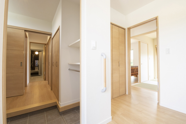 遠鉄ホーム【デザイン住宅、収納力、間取り】パブリックとプライベートを分けた2Way動線の玄関。家庭用玄関は直接水回りにつながっている