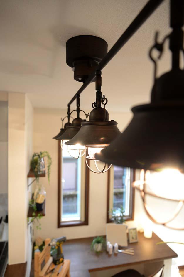 静鉄ホームズ【コアハウス】【1000万円台、趣味、インテリア】ダイニングの照明にもアイアン調のテイストを。カフェ風のカウンターでブランチタイムを楽しむことができそうだ。