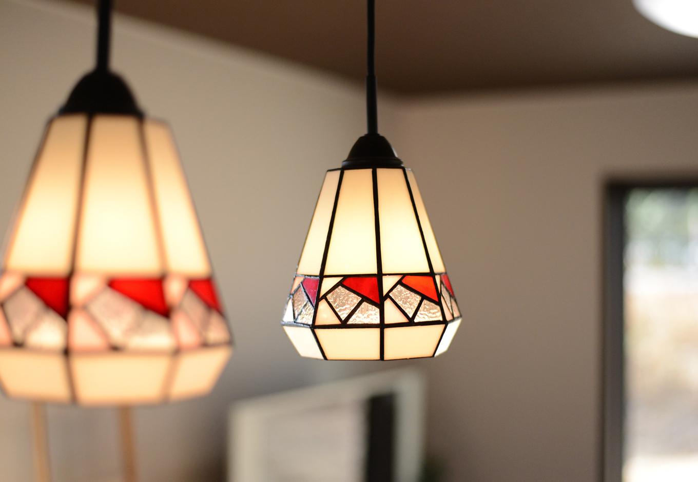 静鉄ホームズ【コアハウス】【1000万円台、自然素材、インテリア】ヴィンテージ・アジアンのキーワードをもとに、コアハウススタッフがおすすめしたダイニングの照明。ステンドグラスの柔らかい雰囲気がこの家にマッチしている。