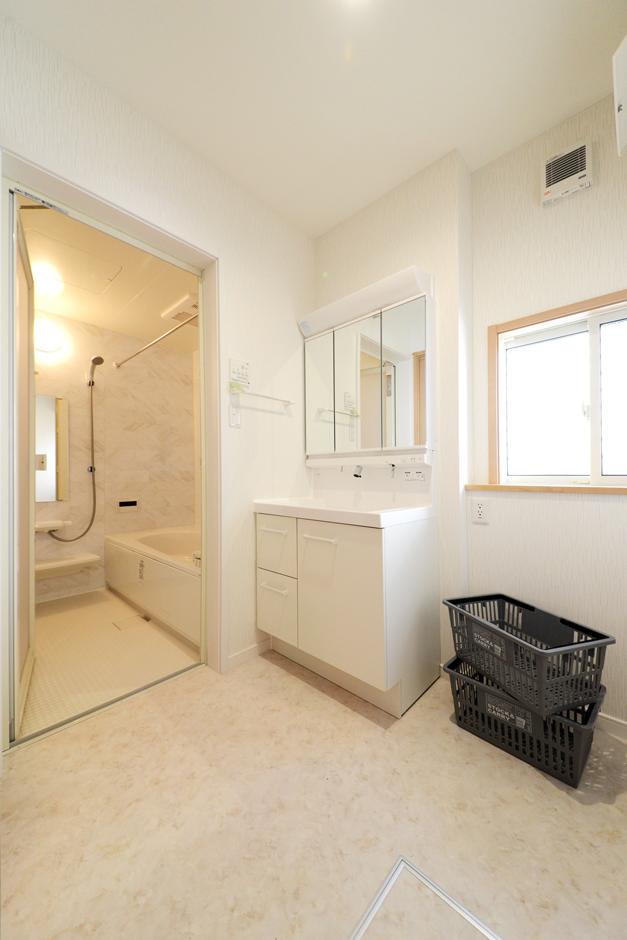 白で統一された清潔感溢れるシステムバス&洗面脱衣室。三面鏡のスタイリッシュな洗面化粧台や浴室の暖房乾燥機はコアハウスチョイスの中からセレクトできる。