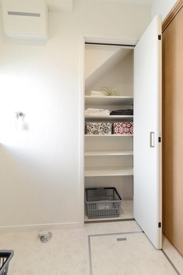 階段下を上手に活用した洗面室の収納スペース。タオルや着替えの収納・洗剤などもストックスペースにも重宝しそうだ。