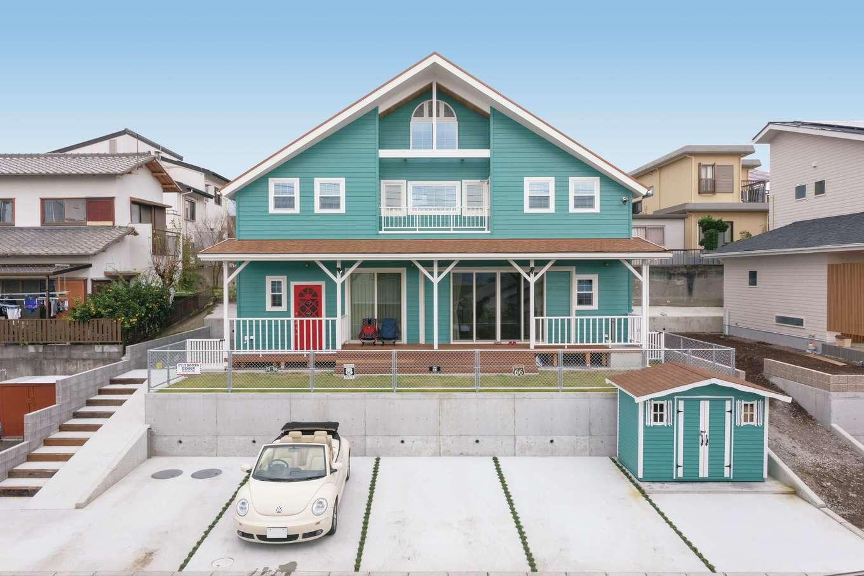 富士ホームズデザイン【子育て、自然素材、インテリア】思わず見とれてしまう、本物のアメリカンサーファーズハウス。敷地の高低差を活かし、母屋と同じテイストの物置を造った
