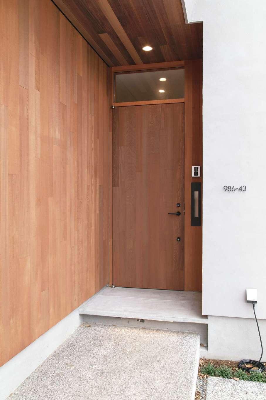 玄関ドアにも木を使って温もりのあるエントランス