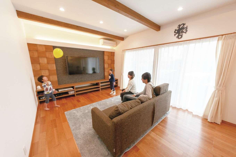 テレビ背面の壁は、外壁材を使いコストダウン。木のモザイクとの相性がいい