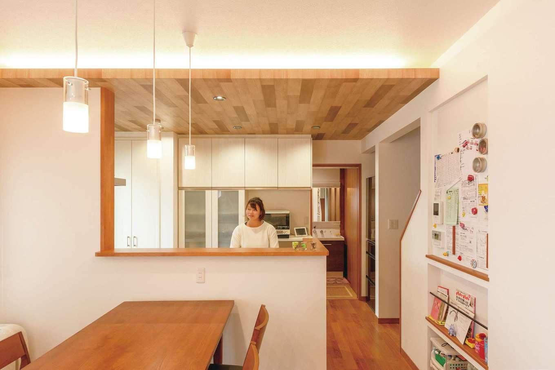 キッチンの背面がバスルーム。玄関へもつながる動線が便利。冷蔵庫はあえてリビングから見えにくい位置に