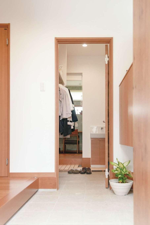 玄関から土間収納、デスクスペースを経てキッチンへとつながる家事ラク動線。帰宅したらコートをかけて「ただいま」とキッチンへ行ける