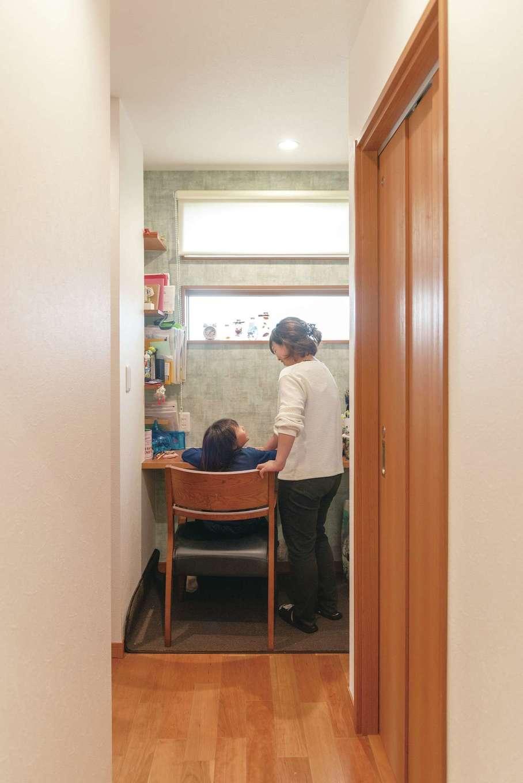 省燃費住宅 大洋工務店【子育て、省エネ、間取り】キッチンと玄関の土間収納の間にあるデスクスペース。子どもが小さいうちは宿題スペースに。その後はママスペースとして活用