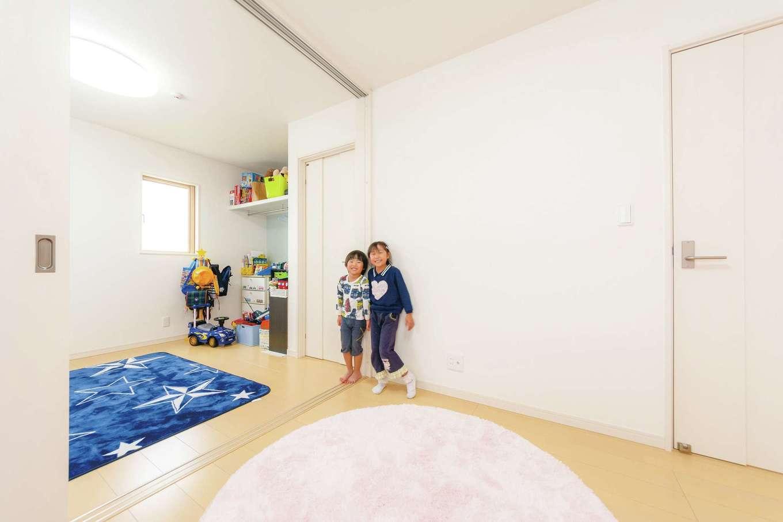 2階の子ども部屋。間を引き戸で仕切り、小さいうちはオープンに、成長したら仕切って使えるように