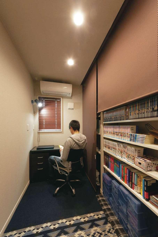 省燃費住宅 大洋工務店【子育て、省エネ、間取り】ご主人の書斎。大容量の収納は、ロールスクリーンですっきりと隠せる。お気に入りの空間だ