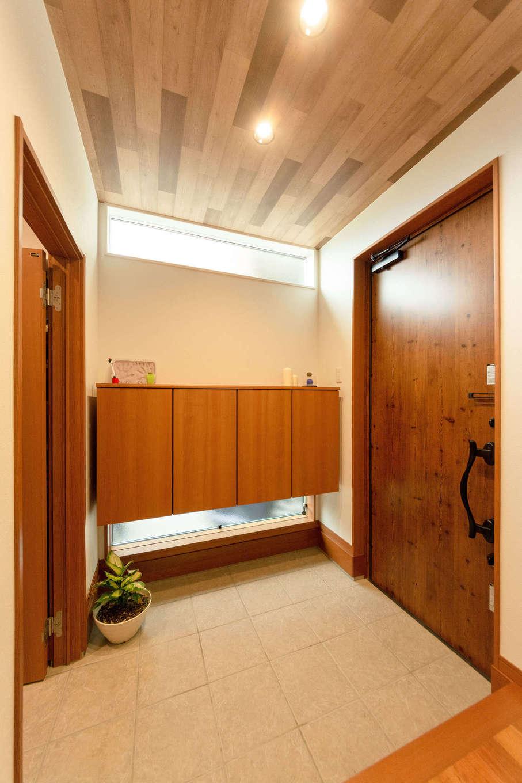 省燃費住宅 大洋工務店【子育て、省エネ、間取り】木の質感が心地よい玄関は、採光も抜群で明るい空間に