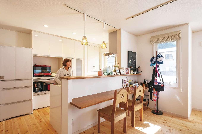 対面キッチンは、家具作家による手づくりチェアと雰囲気もピッタリ。大工さんにカウンターの高さを調整してもらった