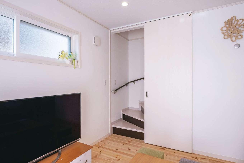 イーホーム【1000万円台】少しでも冷暖房効率が上がるよう、リビングイン階段の入口に仕切り戸を取り付けてもらった。生活音が2階に届くことも抑えられる