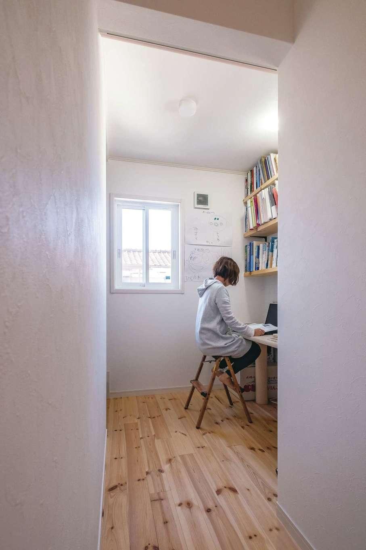 2階の一角に配されたスタディスペース。奥さまの仕事用に設けられたが、将来は子どもの宿題スペースにも。あえて扉などで仕切らずに、つながりを持たせている
