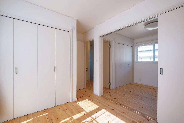 イーホーム【1000万円台】子ども部屋は、あらかじめ間仕切り戸を用意。小さなうちは広々と使うことができ、個室が必要になっても工事をすることなく容易に閉じることができる