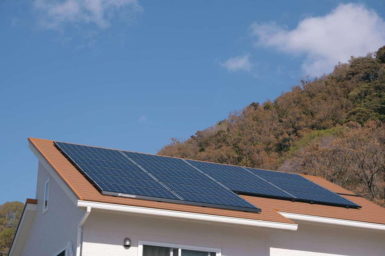 イーホーム【1000万円台】南欧の建物をイメージしたオレンジ色の屋根の上には5.0kWの太陽光パネルが載り、ゼロエネを達成している。ZEHやBELSに対応する住まいに豊富な実績があり、将来のランニングコストを踏まえて提案してくれるので安心だ