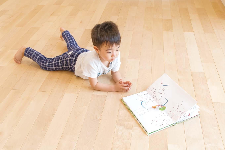 アキヤマ【子育て、自然素材、間取り】四季を通して床に座る暮らしを可能にする、床暖房OKの無垢バーチ材。暖かい空気は、足元から部屋中に広がる。