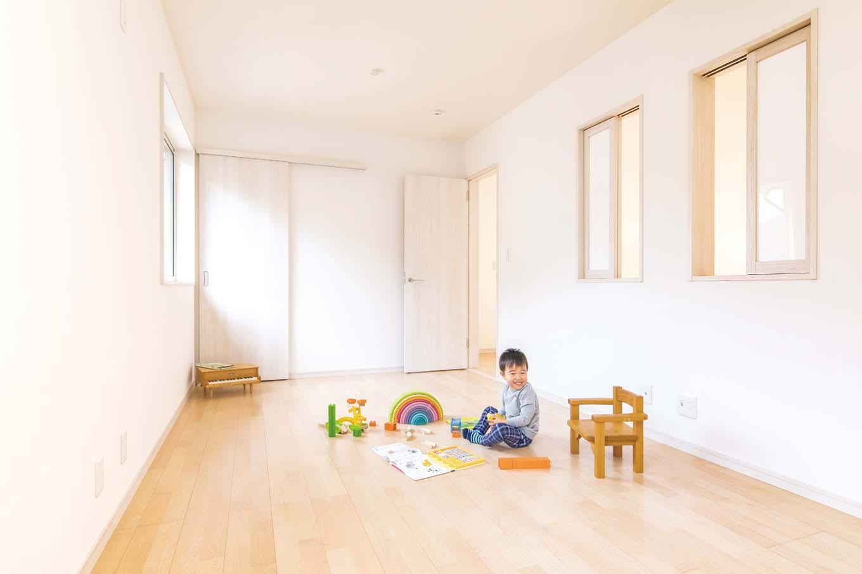 アキヤマ【子育て、自然素材、間取り】子ども部屋はホール側にも窓を付け、吹き抜けを通して階下とのつながりを持たせた