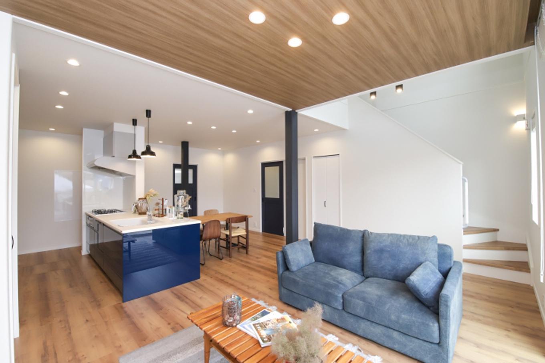 遠鉄ホーム【デザイン住宅、収納力、間取り】南側の大開口と吹き抜けをとった明るいリビング。柱や壁に木目調のクロスを使って、自然体のカッコよさをデザイン