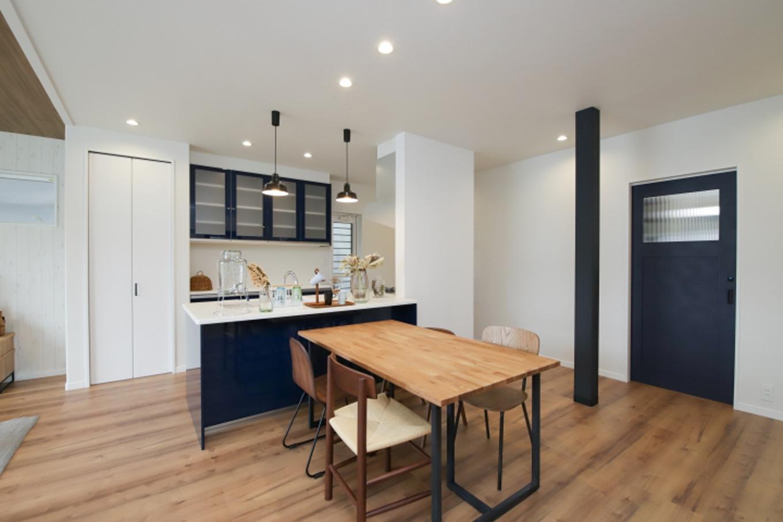 遠鉄ホーム【デザイン住宅、収納力、間取り】家族やゲストを一番に迎えられるウエルカムキッチン。ダイニングはスペースを有効に使ったベストな配置