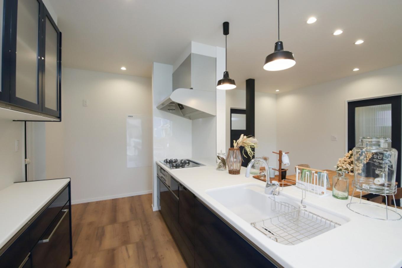 遠鉄ホーム【デザイン住宅、収納力、間取り】回遊性のあるオープンスタイルで、オシャレなキッチン・カップボードがお気に入り