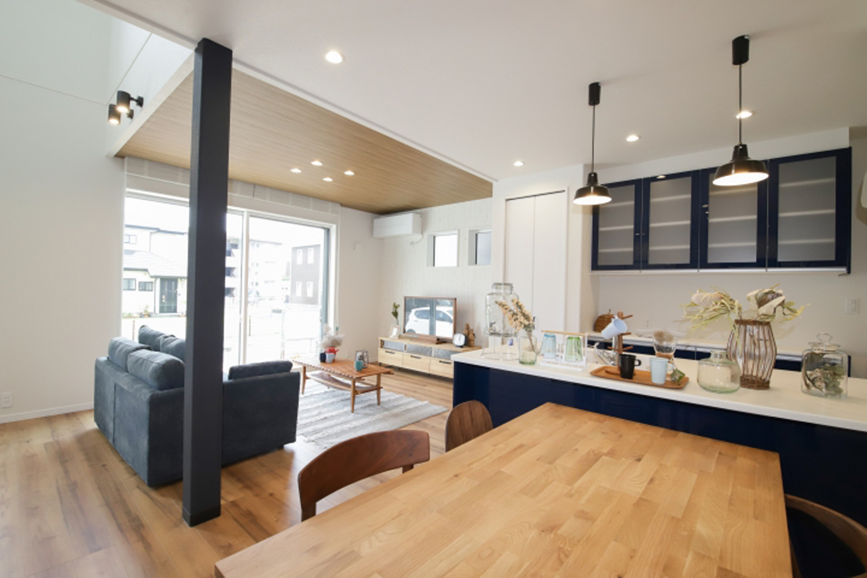 遠鉄ホーム【デザイン住宅、収納力、間取り】開放感のある対面式キッチンは、家事をしながらでも家族との会話に参加することができる
