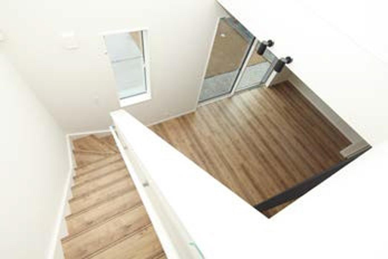 遠鉄ホーム【デザイン住宅、収納力、間取り】上下階をつなぎ、吹き抜け越しに会話を楽しめる。東側の上部に開口をとり、2階廊下にも光を届ける