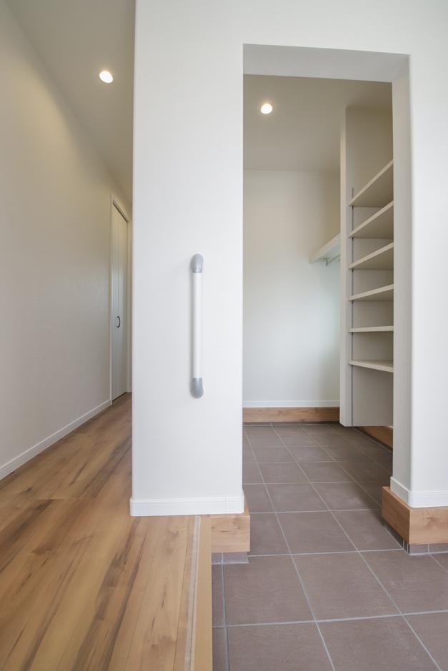遠鉄ホーム【デザイン住宅、収納力、間取り】玄関をスッキリさせるため、ホールにローカウンター型の収納、シューズ、コート類は奥の土間収納を活用
