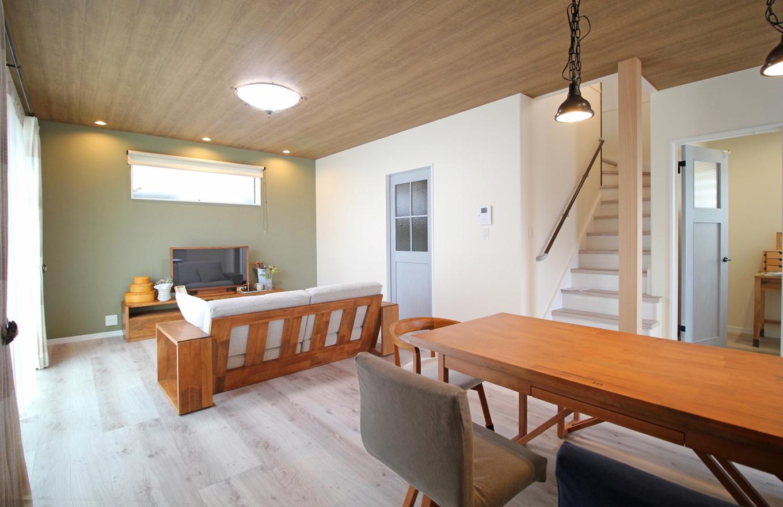 遠鉄ホーム【デザイン住宅、間取り、インテリア】ビンテージ感を演出した約20帖のLDKは、南面の開口やリビング階段などで開放的な空間に