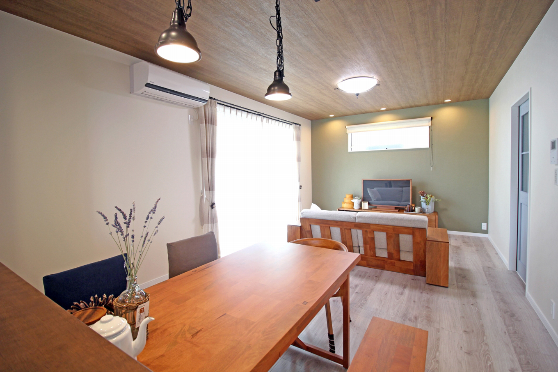 遠鉄ホーム【デザイン住宅、間取り、インテリア】リビングにはアクセントクロスを使用。雰囲気がぐっと深まり、家具も映えるこだわりの空間