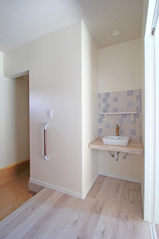 遠鉄ホーム【デザイン住宅、間取り、インテリア】玄関ホールにトイレとオシャレな手洗い場を設けました。洗面室を2階にしたため、帰宅時の手洗いやゲスト用に