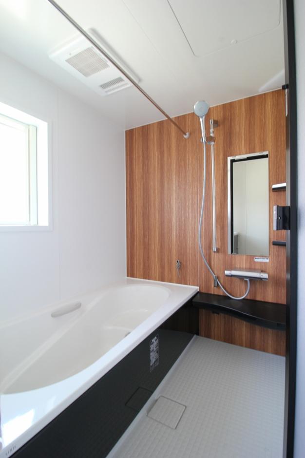遠鉄ホーム【デザイン住宅、間取り、インテリア】バスルームは浴室乾燥機付き。落ち着きのある空間にデザイン性がプラスされている