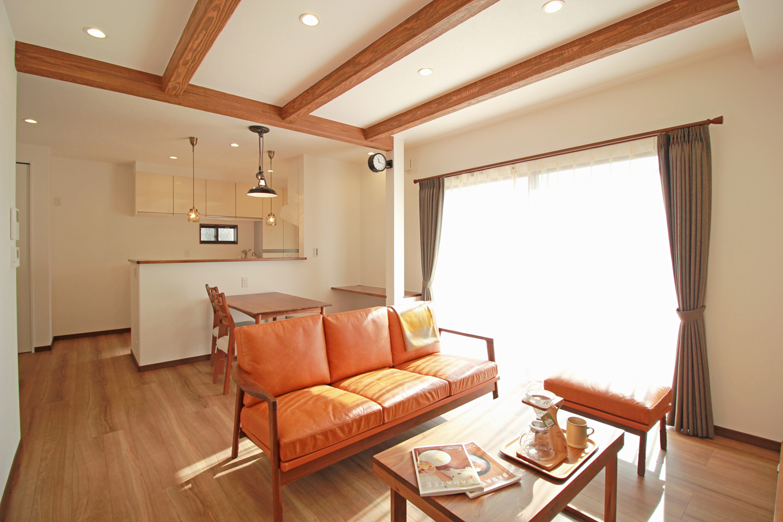 遠鉄ホーム【デザイン住宅、間取り、インテリア】外から帰る家族を一番に迎えるLDK。水回り、2階へ行くにもリビングを通り、自然なコミュニケーションが生まれます