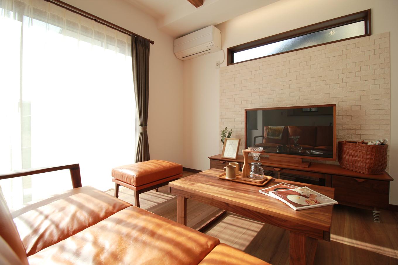 遠鉄ホーム【デザイン住宅、間取り、インテリア】リビングにはスリット窓を設け、開放感をプラス