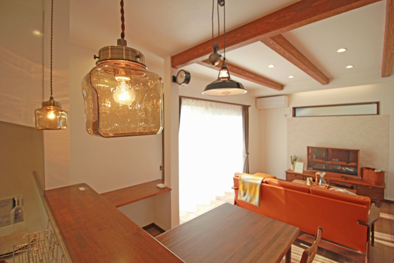 遠鉄ホーム【デザイン住宅、間取り、インテリア】ペンダントライトや壁付け時計などインテリアのセンスが光る