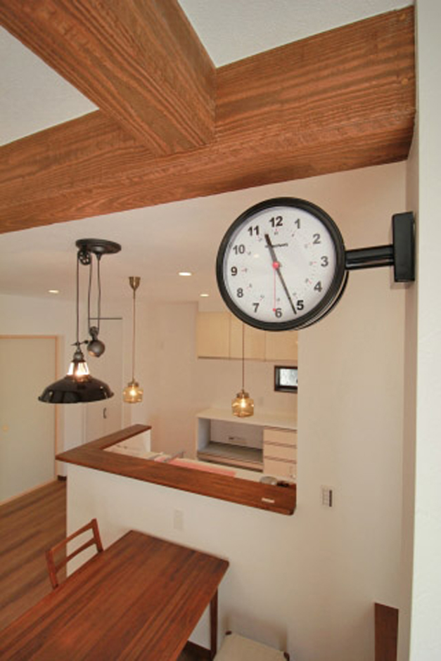 遠鉄ホーム【デザイン住宅、間取り、インテリア】階段のペンダントライト、リビングの壁付け時計、アクセントクロスなどインテリアのセンスもぜひ参考に