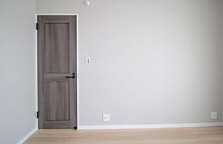 遠鉄ホーム【デザイン住宅、間取り、インテリア】2階居室も統一感のあるデザイン。どんな家具にもぴったりなくつろぎの空間を実現