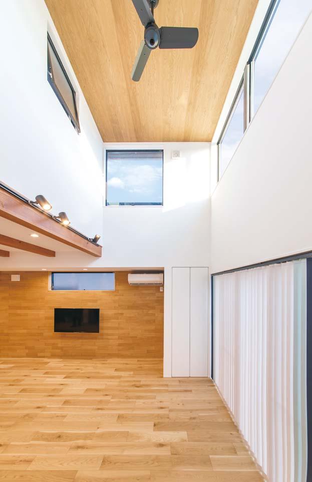 小玉建設【デザイン住宅、子育て、省エネ】天井の高さを変えることでタテヨコの広がりがより一層感じられる。明るさ・日当たりの良さはゲストも驚くほど