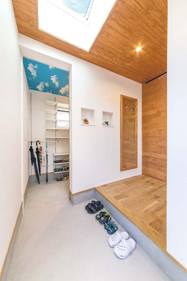 小玉建設【デザイン住宅、子育て、省エネ】採光を確保するため天窓を設置。土間収納の天井の空とリンク!?しているのがユニーク