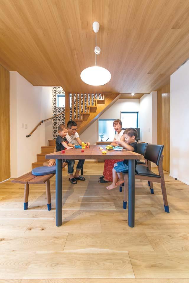 小玉建設【デザイン住宅、子育て、省エネ】キッチンと横並びでダイニングテーブルを配置。LDKをすっきりさせるため、奥に収納を確保