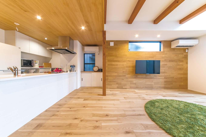 床はナラの無垢材を採用。子どもたちが走り回れるようリビングは床座スタイル