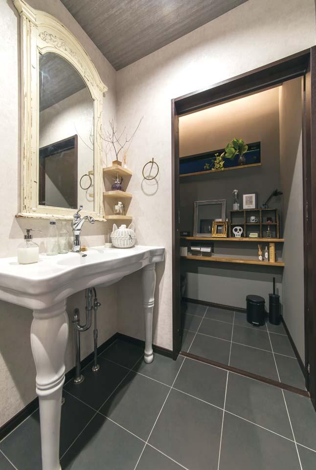 長居したくなるほどオシャレな1階の洗面台とトイレ