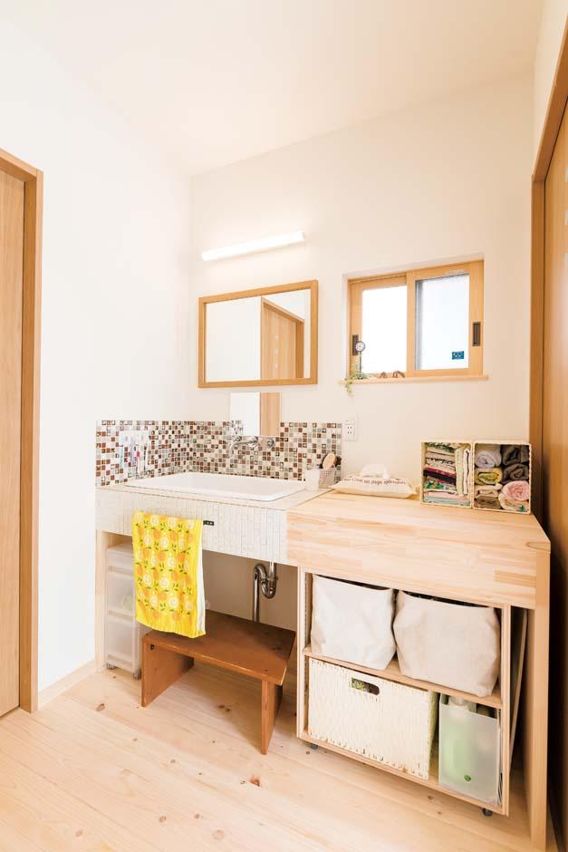 福工房【子育て、自然素材、間取り】洗面台はタイル張り。何が必要かわからないからと、収納は自分たちで製作