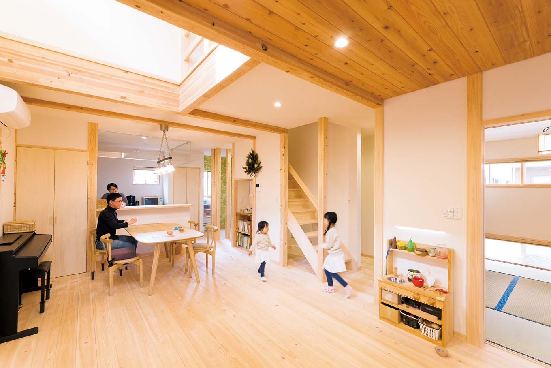 1階はどこか懐かしい真壁仕上げ。天井の杉板が土間との一体感を演出